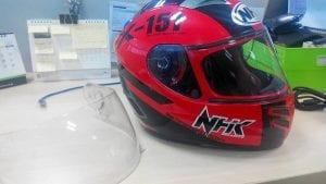 Cara Membersihkan Kaca Helm Motor